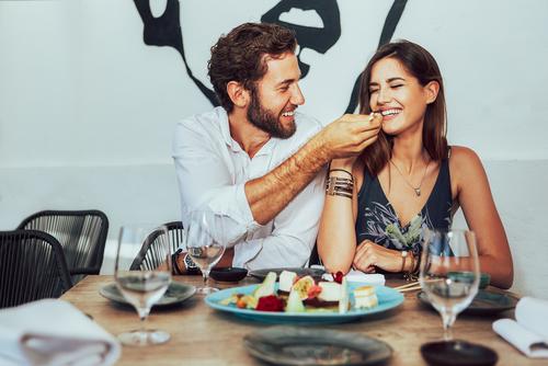 8 cosas que hacen los hombres que pueden derrite el corazon de una mujer pareja comiendo