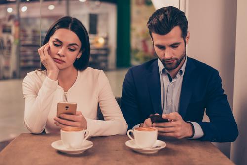 como el phubbing puede arruinar tu relacion de pareja pareja movil