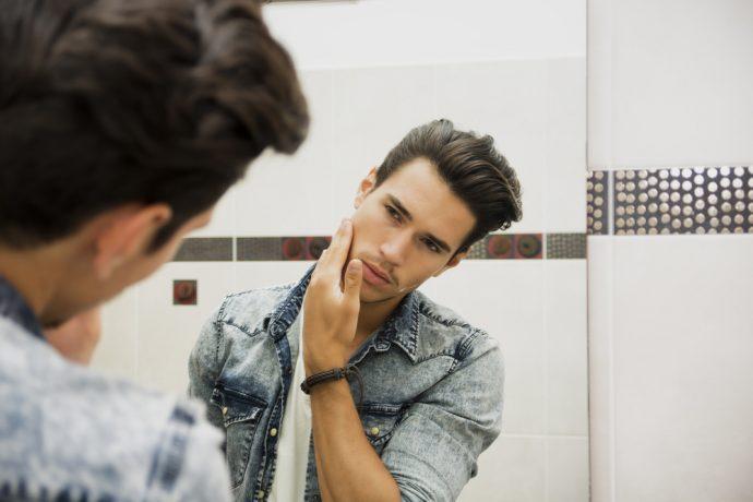 narcisista espejo hombre