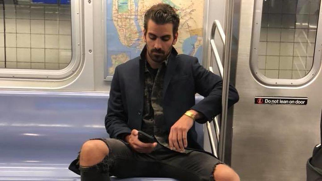 Una mujer recibe la respuesta del hombre guaperas al que sacó fotos a escondidas en el asiento del metro