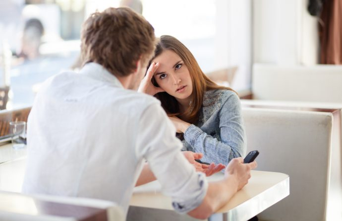 pareja discutiendo relacion